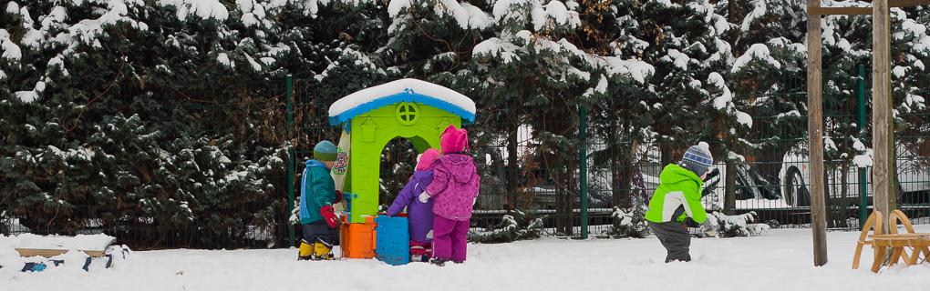 Spielen im Winter auf dem Hof